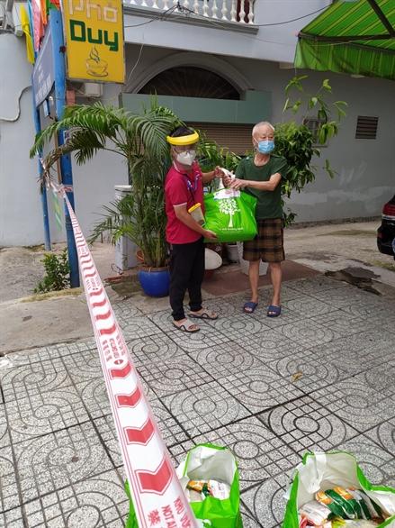 NTS hỗ trợ 600 phần quà lương thực cho người dân quận Bình Thạnh và Thủ Đức